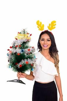 젊은 행복 아시아 여자 크리스마스 메리 크리스마스 트리를 들고 준비