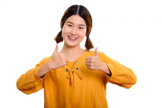 親指をあきらめながら笑顔若い幸せなアジア女性