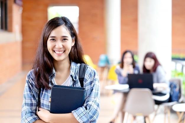 카메라에 웃 고 젊은 행복 매력적인 아시아 학생