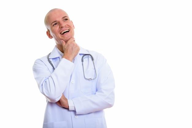 考えながら笑顔若い幸せなハゲ男医師