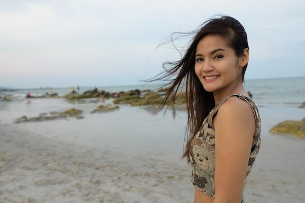 Молодая счастливая красивая азиатская женщина улыбается
