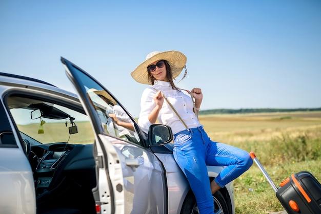 여름 여행에 그녀의 차 근처 젊은 행복 아름다운 모델