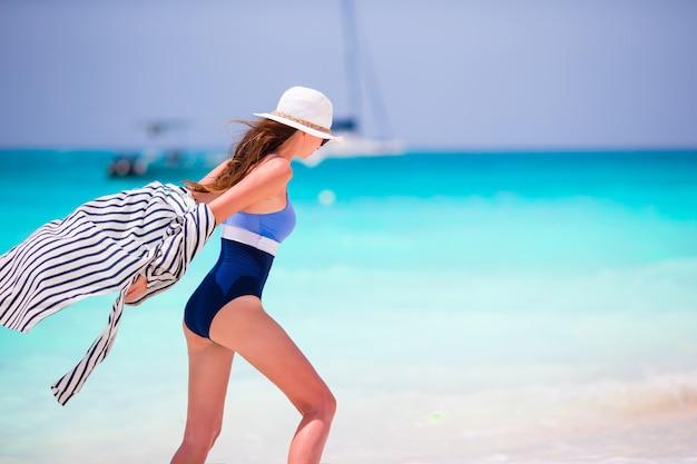 Молодая счастливая красивая женщина на летних каникулах