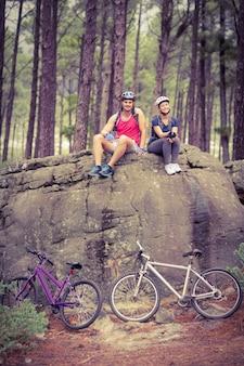 若い、幸せ、バイカー、カップル、岩に座っている