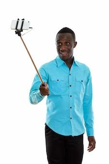 Молодой счастливый черный африканец улыбается и держит телефон