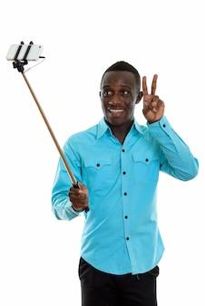 Молодой счастливый черный африканец улыбается во время селфи
