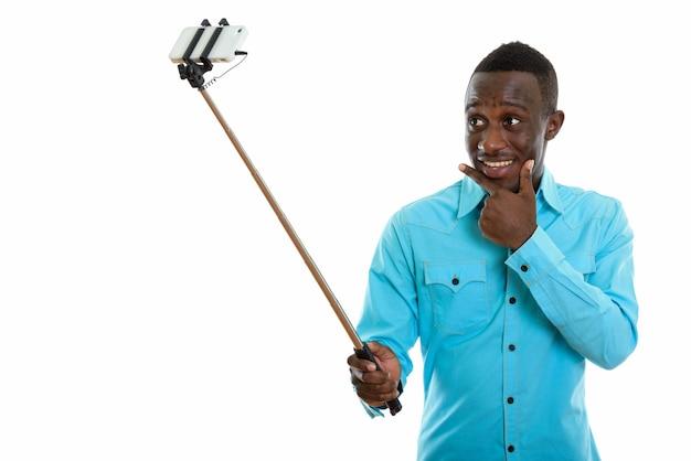 Молодой счастливый черный африканец улыбается
