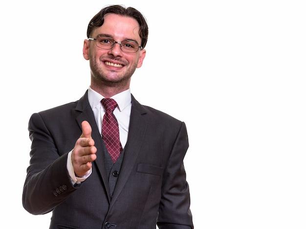 Молодой счастливый бизнесмен улыбается, давая руку