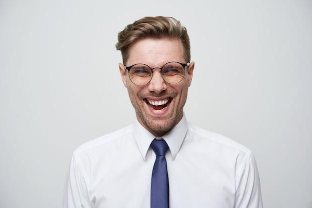 Молодой счастливый бизнесмен с впечатляющими достижениями