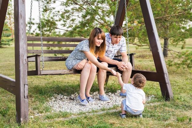 어린 소년 부모와 아들이 엄마와 아빠와 함께 즐거운 시간을 보내는 젊은 행복한 백인 부부