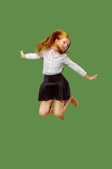 녹색에 고립 된 공중에서 점프 젊은 행복 백인 십 대 소녀. 아름 다운 여성 절반 길이 초상화