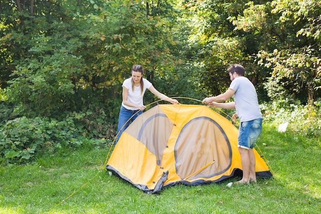 젊은 행복 한 커플 캠핑을 위해 준비 하