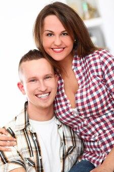집에서 젊은 행복 한 커플