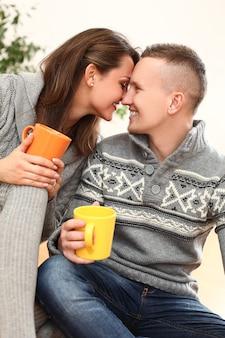 自宅で若い幸せなカップル