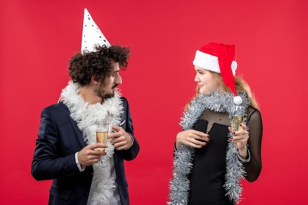 Молодая счастливая пара празднует новый год рождество любовь цвет партии