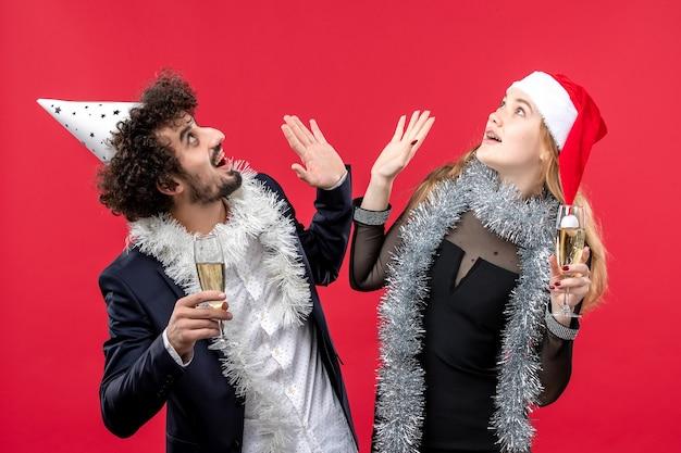 Молодая счастливая пара празднует новогоднюю рождественскую вечеринку