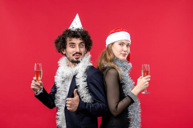 Молодая счастливая пара празднует новогоднюю вечеринку рождественская любовь