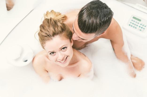 お風呂でジョットお風呂を楽しんで幸せなカップル