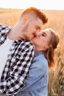 젊은 행복한 커플은 자연 속에서 산책하는 동안 서로 사랑과 행복을 줍니다. 사랑과 행복. 상호 이해. 가족 가치. 인생의 행복한 순간.