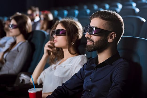 영화관에서 데이트를 갖는 젊은 행복 한 커플