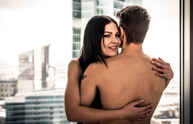 若い幸せなカップルがお互いをハグ