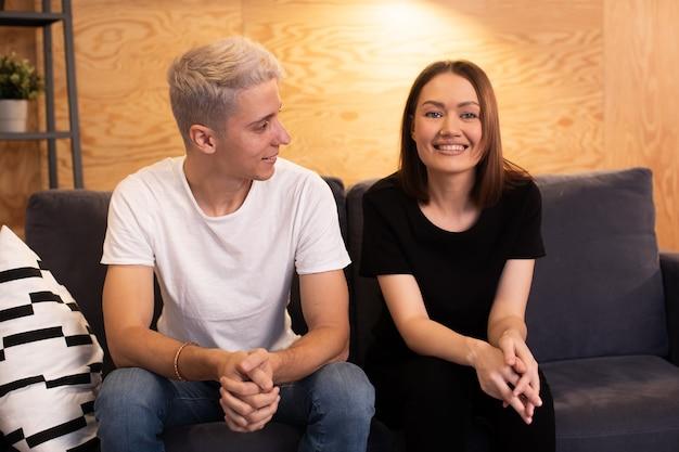 젊은 행복 한 커플은 심리학자와 함께 앉아있다. 젊은 부부는 행복합니다. 고품질 사진
