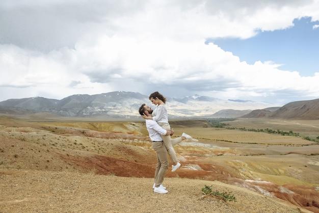 그들의 신혼 여행에 산 사막에 젊은 행복 한 커플 남녀