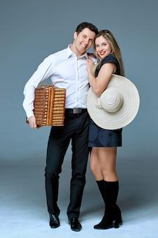 バッグを持つ旅行者の若い幸せなカップル