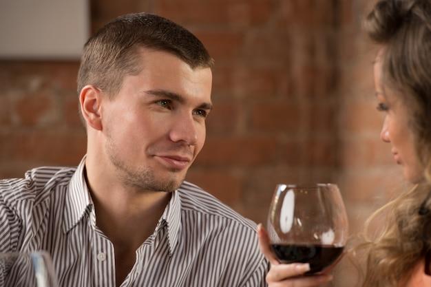 낭만적 인 데이트에 젊은 행복 한 커플
