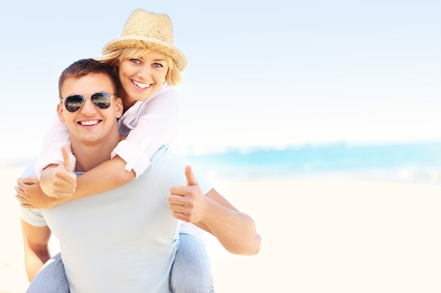 Молодая счастливая пара отдыхает на пляже