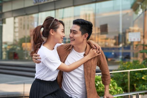 一緒に楽しんで、街で買い物袋を持つ若い幸せなカップル