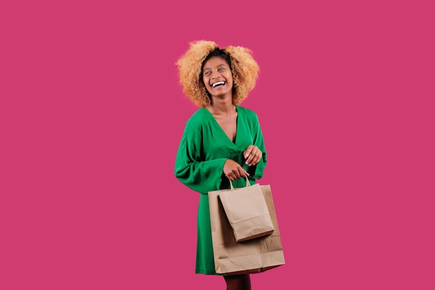 Молодая счастливая покупательница держит бумажные хозяйственные сумки. сезон распродаж «черная пятница».