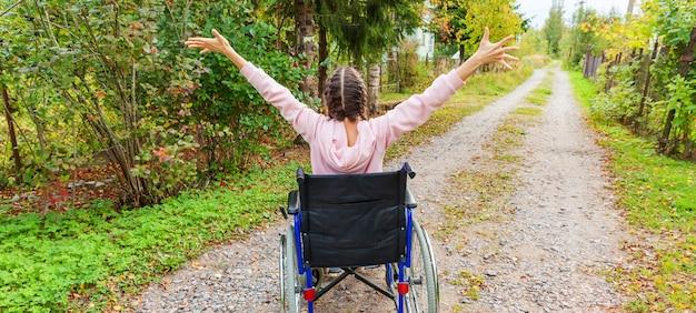 자유를 즐기는 병원 공원에서 도로에 휠체어에 젊은 행복 핸디캡 여자