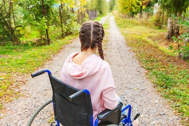 환자 서비스를 기다리고 병원 공원에서 도로에 휠체어에 젊은 행복 핸디캡 여자