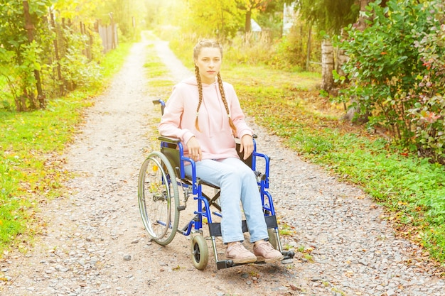 병원 공원에서도 휠체어에 젊은 행복 핸디캡 여자