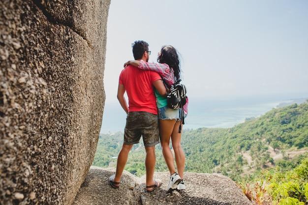 Молодая пара счастлива битник в любви, путешествуя по миру