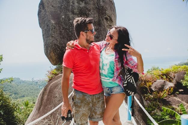 世界中を旅する愛の若い幸せな流行に敏感なカップル