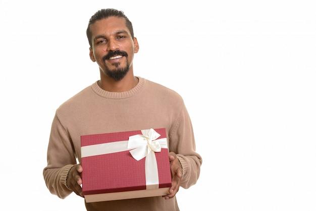 발렌타인 데이를위한 준비 선물 상자를 들고 젊은 행복 인도 사람