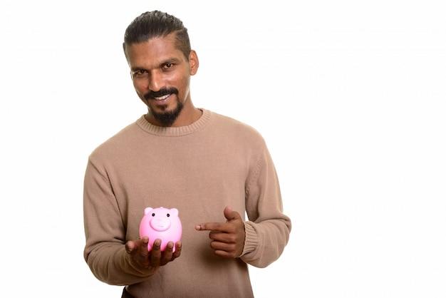 貯金箱を押しながら分離された人差し指を幸せな若いインド人