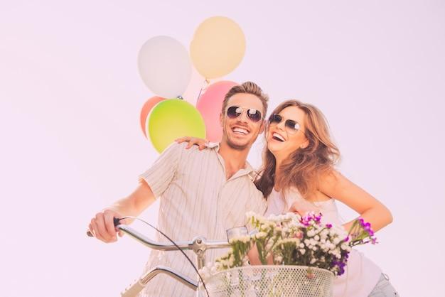 젊은 행복 한 남자와여자가 재미와 웃음