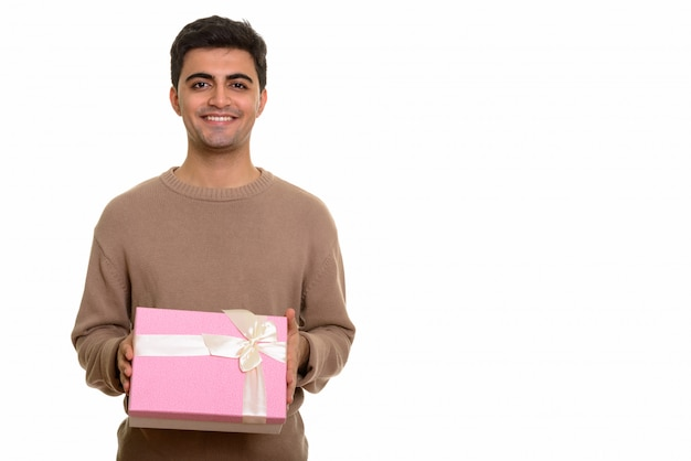 バレンタインの日の準備ができてギフトボックスを保持している若い幸せな男