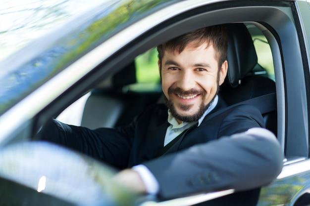 차 웃는 젊은 행복한 남자 - 차 구매의 개념