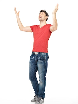白い背景で隔離の上げられた手を上げたカジュアルな若い幸せな男。