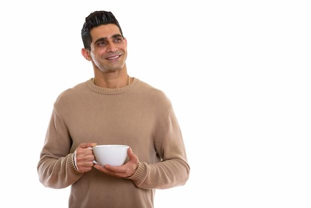 Молодой счастливый мускулистый персидский мужчина улыбается и думает