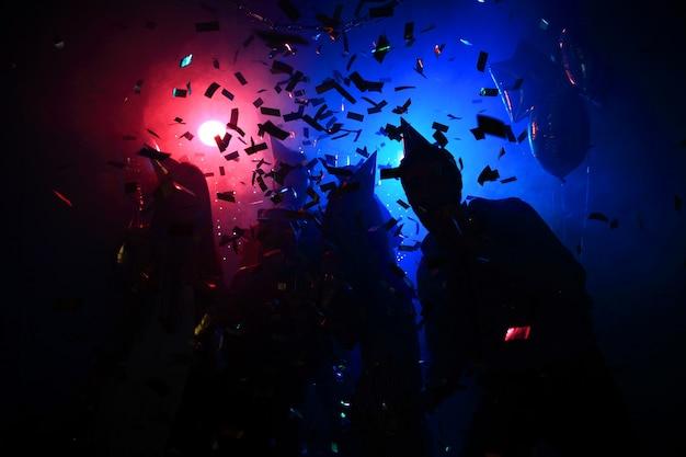 젊은 행복한 사람들이 클럽에서 춤을 추고 있습니다. 유흥과 디스코 개념입니다.