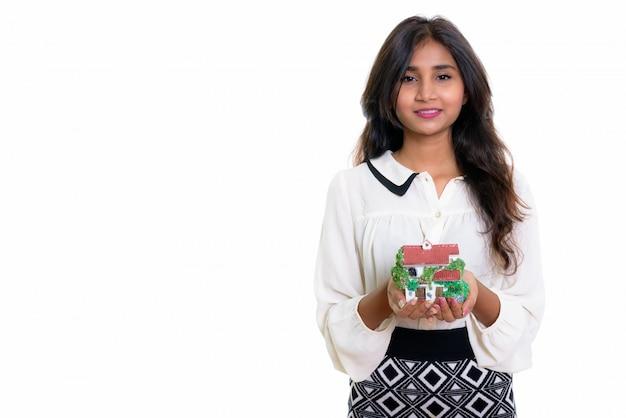 Молодая счастливая персидская деловая женщина улыбается на стене