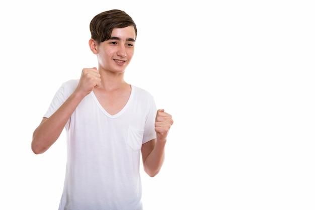 Молодой счастливый персидский подросток улыбается
