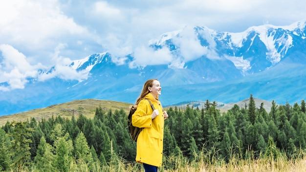 산에서 배낭 젊은 행복 한 웃는 여자 등산객. 여행 및 여행 concept.banner 텍스트위한 공간