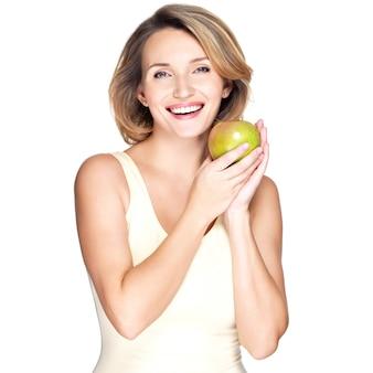 白で隔離の青リンゴと若い幸せな笑顔の女性。