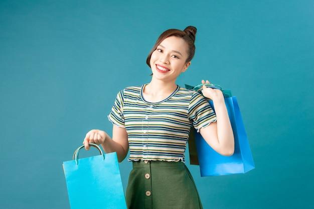 Молодая счастливая улыбающаяся женщина с хозяйственными сумками